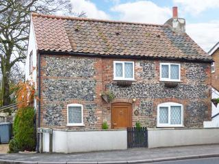 1 FAKENHAM ROAD, detached cottage, woodburner, Jacuzzi bath, Ref. 905524 - Norfolk vacation rentals