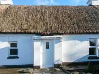WHISPERING WILLOWS, luxury thatched cottage, romantic retreat, multi-fuel stove, near Malin Head, Ref 905740 - Carndonagh vacation rentals