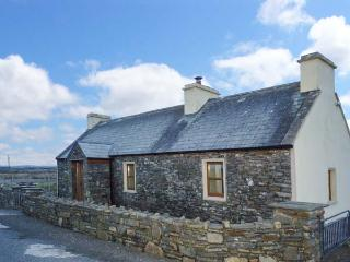 CLOGHER COTTAGE, cosy cottage with woodburner, patio, close to beach, Doonbeg Ref 905820 - County Clare vacation rentals