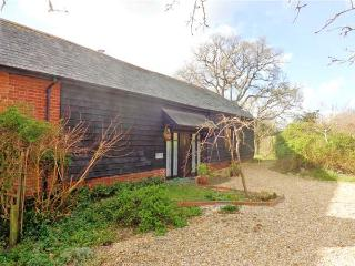 COLES FARM GRANARY, detached granary conversion, single-storey, off road parking, private patio, in Romsey, Ref 906580 - Timsbury vacation rentals