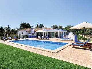 DELIGHTFUL 3 BEDROOM VILLA FOR 6 WITH PRIVATE POOL AND BARBECUE NEAR BOLIQUEIME REF. 135944 - Albufeira vacation rentals