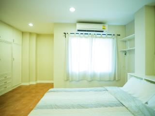 APT in a Real Thai & Foodie Neighborhood (BTS/MRT) - Bangkok vacation rentals