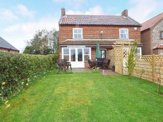 BUTTERFLY COTTAGE, semi-detached, en-suites, parking, enclosed garden, in Aldborough, Ref 906035 - Norfolk vacation rentals