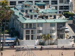 Beachfront Blu Santa Monica U2 with media room, wine cellar and rooftop deck - Los Angeles County vacation rentals
