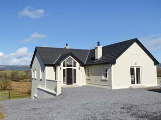 KNOCKMORE LODGE, quality property with en-suites, multi-fuel stoves, courtyard, views, near Boyle, Ref 17801 - County Roscommon vacation rentals