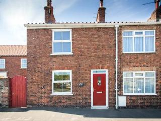 FISHER COTTAGE, woodburner, pet-friendly with an enclosed garden, in Hornsea, Ref. 25993 - Hornsea vacation rentals