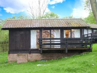HAZEL CHALET, pet-friendly, off road parking, quirky lodge near Ampleforth, Ref. 903685 - Ampleforth vacation rentals