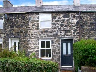 LUX COTTAGE, WiFi, Patio with furniture, close to town centre, Ref 911797 - Bangor vacation rentals