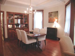 QUICK & EASY WALK TO BROWN LINE 'EL'...SLEEPS 6 - Chicago vacation rentals
