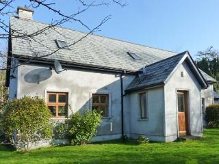 NIRE VALLEY RIVER COTTAGE, pet-friendly, riverside cottage, woodburner, en-suite, near Ballymacarbry, Ref 905647 - County Waterford vacation rentals