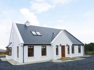 KEVIN'S HOUSE, detached, near beach, open fires, en-suites, parking, garden area with stone chippings, on Achill Island, Ref 911 - Achill Island vacation rentals