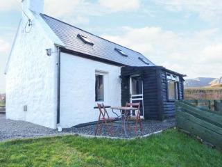 CROFTER'S COTTAGE, woodburner, lovely views, romantic retreat, in Staffin, Ref. 22371 - The Hebrides vacation rentals