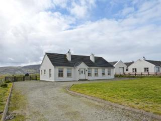 THE GREEN, detached, single-storey cottage, en-suites, open fire, near Ballyliffin, Ref 906455 - County Donegal vacation rentals