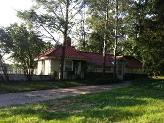 SUNNY ESTATE COTTAGE WITH BEACH ACCESS - Oyster Bay vacation rentals