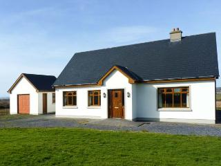 BALLINAGUN, en-suites, open fire, sweeping views, detached cottage near Creegh, Ref. 906652 - Doonbeg vacation rentals