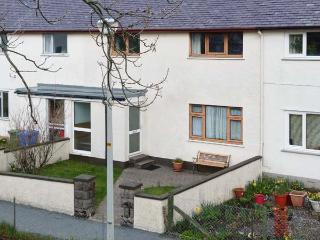 7 HARPORT COTTAGES, terraced property, next to Loch, lawned gardens, wonderful views, in Carbost, Ref 905318 - Carbost vacation rentals