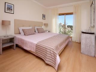 SPLENDID TWO BEDROOM TOWNHOUSE FOR 6 WITH SEA AND POOL VIEW TERRACE - ALBUFEIRA - REF. PINDB110307 - Albufeira vacation rentals
