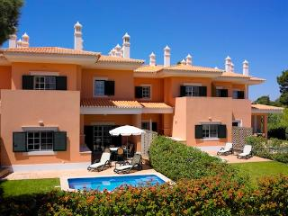 BEAUTIFUL 3 BEDROOM TOWNHOUSE IN QUINTA DO LAGO FOR 6 WITH PRIVATE POOL REF.126446 - Quinta do Lago vacation rentals
