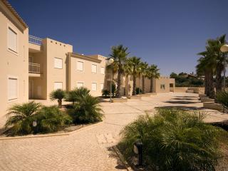 THREE BEDROOM APARTMENT WITH SEA VIEW FOR 8, JUST 1.5 KM FROM CARVOEIRO REF.QPII111043 - Carvoeiro vacation rentals