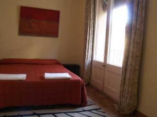 Budget apartment for 5 people in central Barcelona - Paris vacation rentals