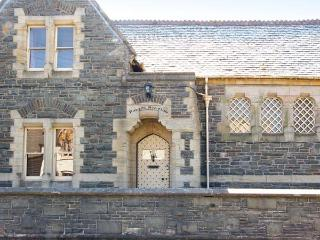 THE OLD COURTHOUSE, semi-detached, cooking range, enclosed front terrace, in Rhayader, Ref 904103 - Mid Wales vacation rentals