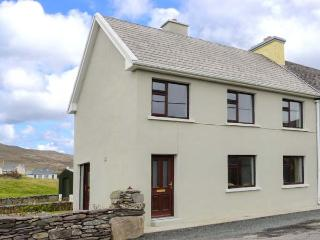 KEVIN'S COTTAGE, end-terrace cottage, off road parking, garden, close to amenities, in Caherdaniel, Ref 906942 - Caherdaniel vacation rentals