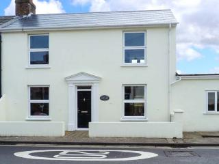 STREET END COTTAGE, end-terrace, WiFi, off road parking, enclosed patio, in Chichester, Ref 906059 - Chichester vacation rentals