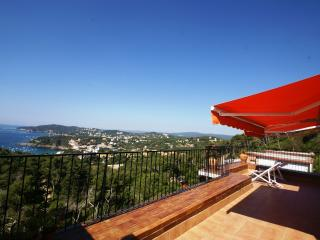 Modern Penthouse Apartment, Panoramic views & Pool - Llafranc vacation rentals