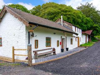 1 BRYNDIAS COTTAGES, mostly ground floor, woodburner, WiFi, parking, garden, in Pembrey, Ref 29702 - Pembrey vacation rentals