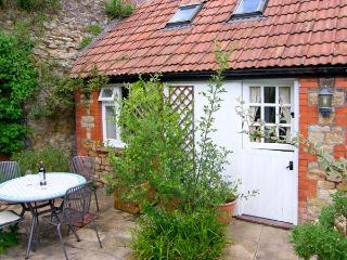 THE OLD STABLE, WiFi, patio with furniture, ground floor room and shower room, Ref 907002 - Sherborne vacation rentals