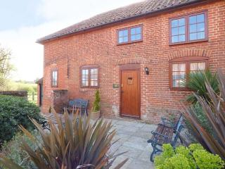 PUNCH COTTAGE, ground floor bedrooms, en-suite, shared garden with pond, in Saxmundham, Ref 911560 - Suffolk vacation rentals