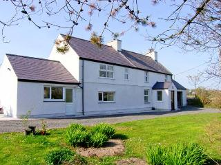 TYN Y PARC, pet-friendly cottage with ample living accommodation, large gardens, close beaches and nature, Newborough Ref 24860 - Island of Anglesey vacation rentals