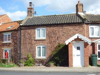 APPLETREE COTTAGE, open fire, pet-friendly, enclosed garden, character features, terrace cottage in Marton, Ref. 906363 - Sinnington vacation rentals