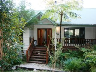 Topi Gums Bush Retreat-mid coast NSW-pets welcome - Wootton vacation rentals