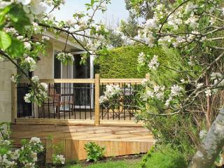 BATH GARDEN ROOMS, WiFi, off road parking, ground floor cottage close to Bath city centre, Ref. 905944 - Bath vacation rentals