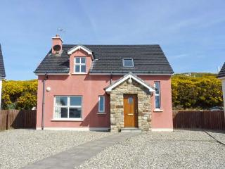 THE HOLIDAY HOUSE, detached, en-suite, open fire, off road parking, patio, in Narin, Ref 912063 - County Donegal vacation rentals