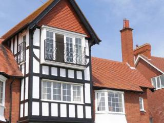 SANDY SHORE, beachfront, off road parking, balcony overlooking bay, Ref 906727 - Bridlington vacation rentals
