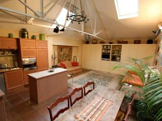 Kensington Church Walk, (IVY LETTINGS). Fully managed, free wi-fi, discounts available - London vacation rentals