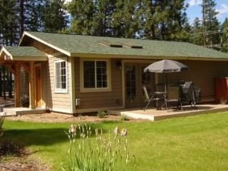 JEWEL OF THE FOREST - Sweet spot to kick back, free access to seasonal pool, tennis court & basketball court, borders National F - Sisters vacation rentals