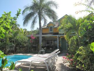 MOJITO...  charming, affordable villa just 2 easy blocks from Orient Beach, private pool, 2 couples or small family - Orient Bay vacation rentals
