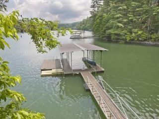 LAKE HIDEAWAY*4BR~3BA~LAKE CABIN WITH MOUNTAIN VIEW~LOCATED NEXT DOOR TO LAKESIDE LODGE~PRIVATE DOCK~CHARCOAL GRILL~PING PONG~PE - Blue Ridge vacation rentals