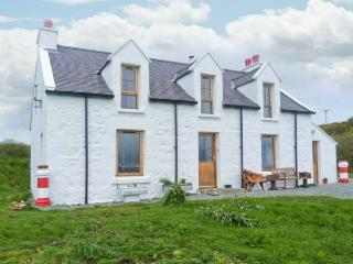 RED CHIMNEYS COTTAGE, WiFi, outdoor seating area, woodburning stove, stunning views, Ref 912285 - The Hebrides vacation rentals