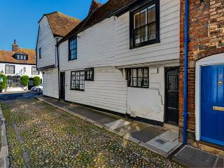 FLUSHING HOUSE, Grade II* listed character cottage, king-size beds, WiFi, great location in centre of Rye, Ref 21914 - East Sussex vacation rentals