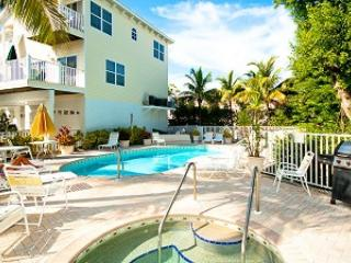 Pool area with jaczzi and grill - Bermuda Bay Club - Bradenton Beach - rentals