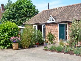 1 LITTLE RIPPLE COTTAGES, king-size bed, woodburner, close to Canterbury in Crundale, Ref 15334 - Kent vacation rentals