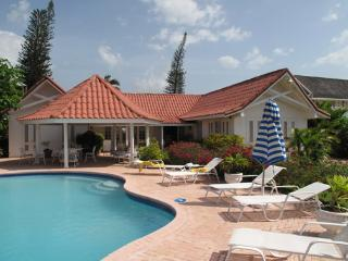 PARADISE PSU - 100791 - SPACIOUS | PRIVATE | 3 BED | BEACHFRONT | FAMILY VILLA - RUNAWAY BAY - Discovery Bay vacation rentals