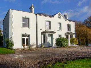BROOKLANDS, woodburners, open fire, ample parking, river in gardens, in Abergavenny, Ref 21818 - Abergavenny vacation rentals