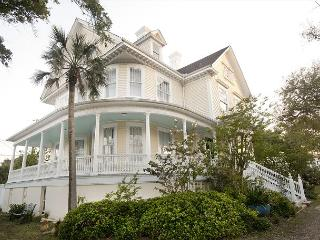 3 STORIES, 6 BEDROOMS, 4.5 BATHS, WOOD FLOORS, SCENIC LOCATION, HISTORIC - Galveston vacation rentals