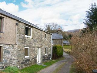 TY CYNON, character cottage with views, woodburner, terraced garden, in Blaenau Ffestinog, Ref 19998 - Nant Gwynant vacation rentals