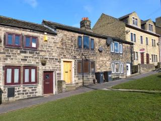 WEAVER'S COTTAGE, character cottage with two woodburning stoves and a super king-size bed in Hebden Bridge, Ref 21623 - Yorkshire vacation rentals